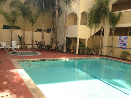 Baymont Inn & Suites Anaheim: Pool & Spa