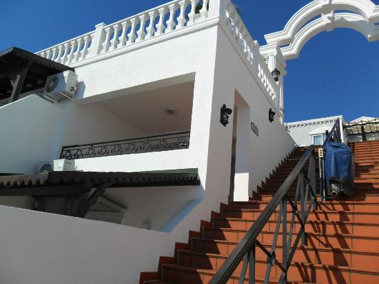 Grand Newport Hotel: view from stair leading up to mainbuilding/pool area