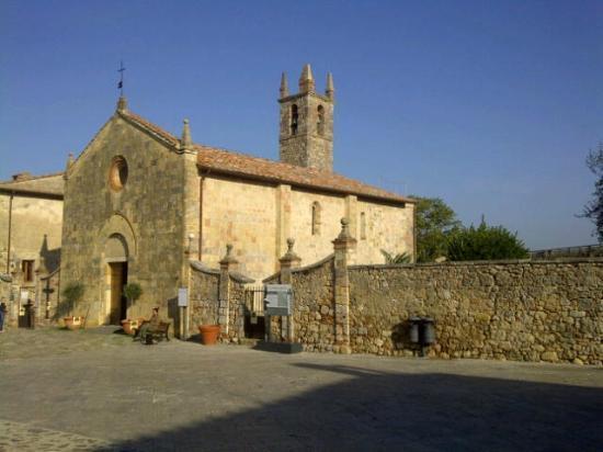 Hotel Monteriggioni: medieval church