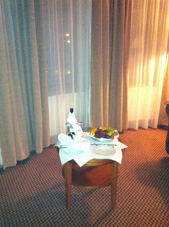 Great National Ballykisteen Golf Hotel: wine and fruit on arrival