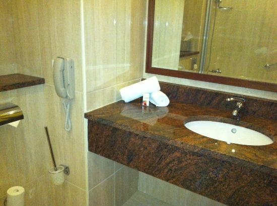 Great National Ballykisteen Golf Hotel: well designed bathroom