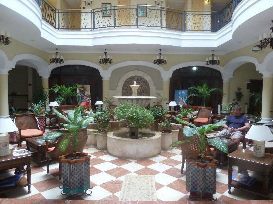 Iberostar Grand Hotel Trinidad: Patio interior en el bajo, recepción