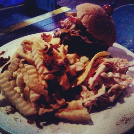 The Blue Room Sports Bar & Grill : Hamburger, fritas e salada de repolho