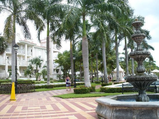 Hotel Riu Palace Riviera Maya: Walkway and one of the room wings