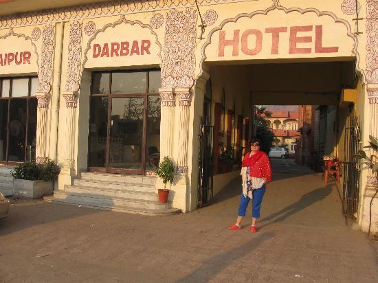 Hotel Royal Jaipur Palace: Widok od ulicy, tuz obok fajny jubiler