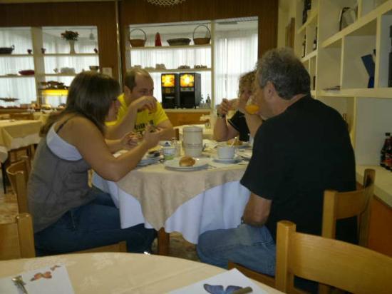 Hotel Morolli: Almuerzo como hermanos!