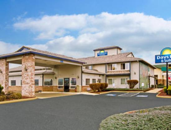 Toppenish Inn and Suites: Welcome to the Days Inn And Suites Toppenish