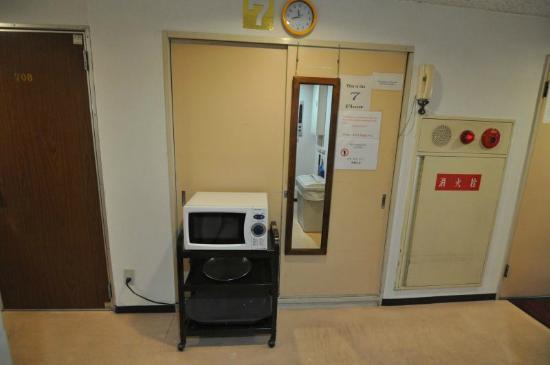 Hotel Raizan South: Microwave at the room corridor