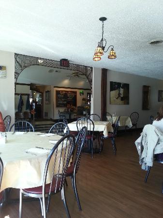 Basket Case Catering & Deli: Dining area
