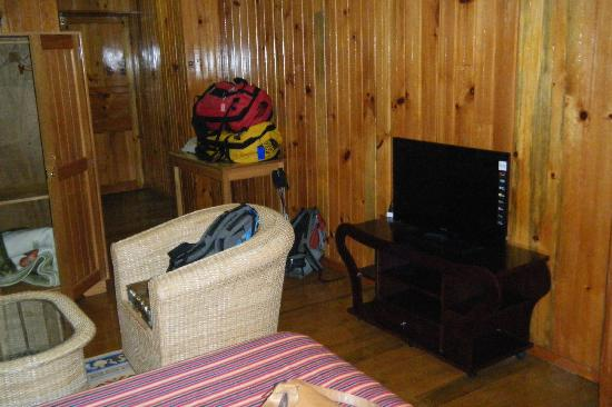 Dochula Resort: Bedroom with TV and sitting area