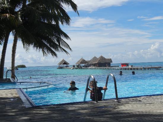 Club Med Kani: vue sur l'espace snorkling et la piscine