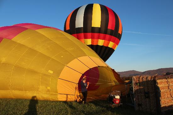 Edinburg, Wirginia: Inflating our balloon.