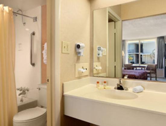 Days Inn Goldsboro: Bathroom