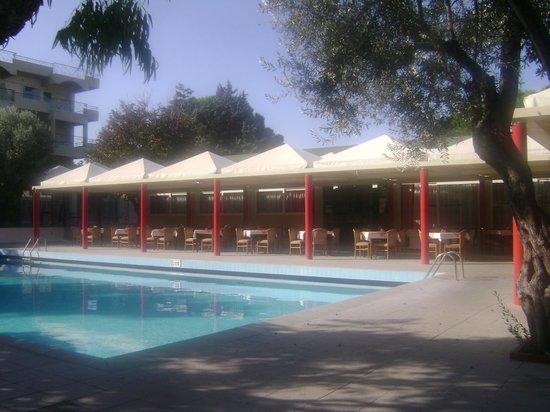 Filerimos Village Hotel: salle a manger et piscine