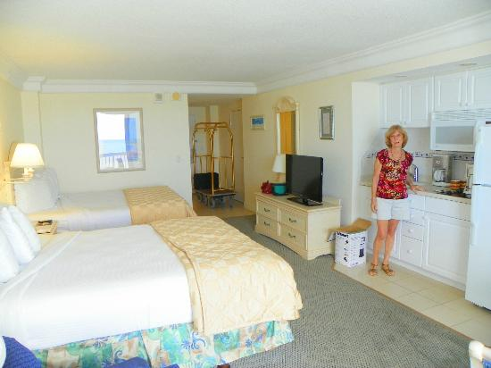 Daytona Beach Resort and Conference Center: OUR KITCHENETTE AND ROOM
