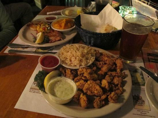 Jake's Seafood: 向こうがエビ、手前はオイスターのフライ。