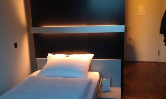 Das Breite Hotel: Slidy bed in room