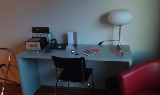 Das Breite Hotel: Small desk