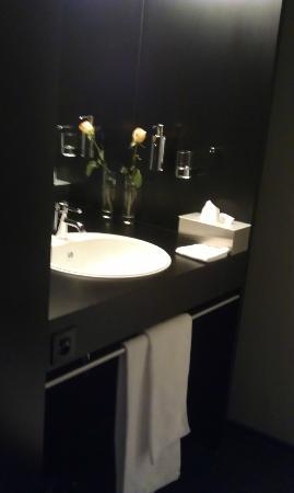 Das Breite Hotel: Black bathroom