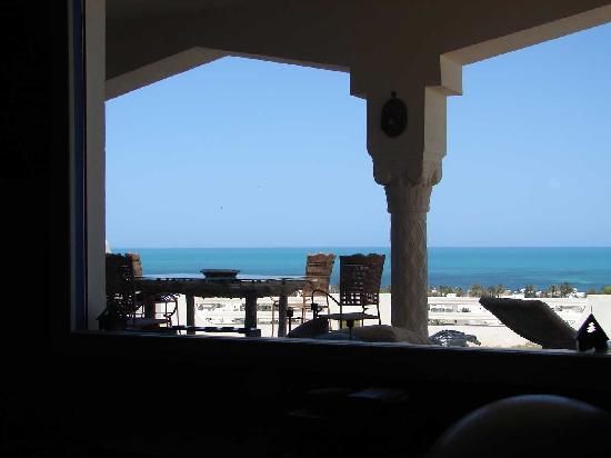 Dar Nesma : la terrasse donne sur la mer...