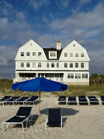 Elizabeth Pointe Lodge: View of Elizabeth Point Inn from the beach