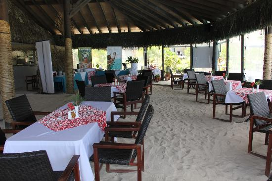 Manuia Beach Resort: Restaurant - Sand floor