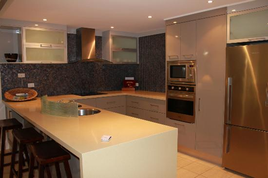 Mandalay & Shalimar Luxury Beachfront Apartments: kitchen