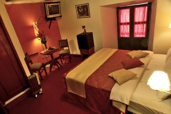 Hotel Amerinka: habitacion matrimonial con cama super queen y balcon colinial
