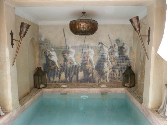 Riad d'Airain Marrakech: Frise du Bassin