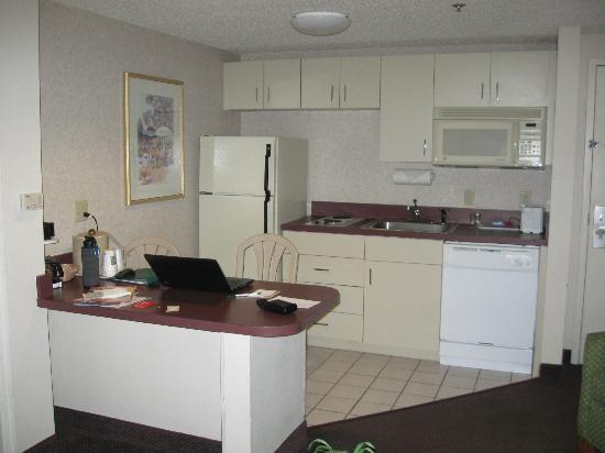 Quality Suites Lake Buena Vista: Kitchen Area