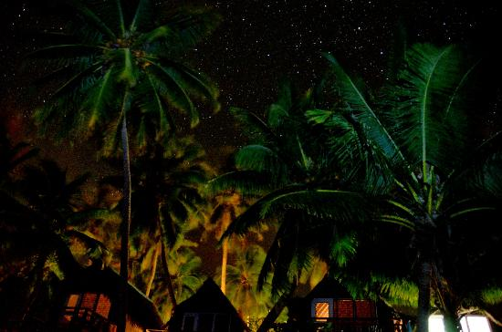Paradise Cove Lodges: The villas at night