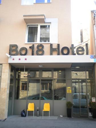 بو 18 هوتل سوبريور: Ingresso Hotel e zona fumatori esterna - Hotel entrance and outside smoking area 