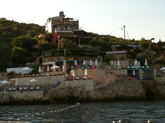 Caretta Boutique Hotel: otelin motorla denizden gorunumu