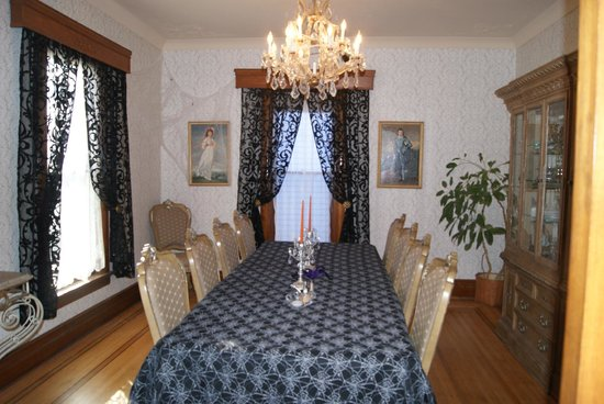 Historic Hutchinson House B&B:                   Dinning room