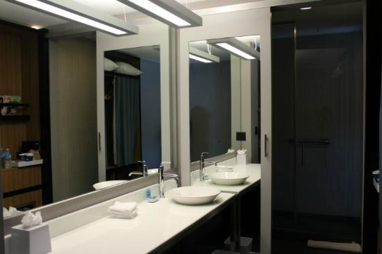 Aloft Lexington: Clean bathroom