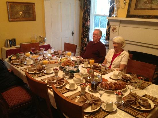 Springhill Winery & Plantation Bed 'n Breakfast: Family Breakfast at Springhill B&B & Winery