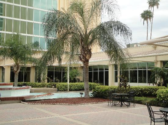 Doubletree By Hilton at the Entrance to Universal Orlando: Courtyard