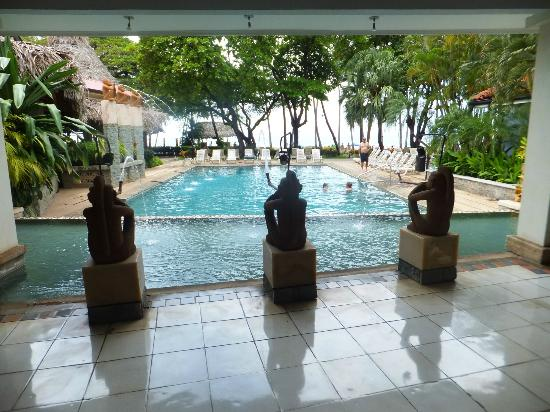 Hotel Tamarindo Diria: Pool and beach view from lobby