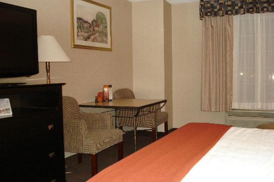 Holiday Inn Express Woodhaven : Table