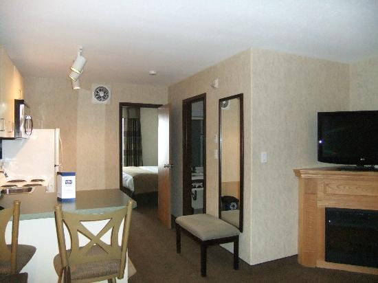 Holloway Inn & Suites: Spacious King Suite even has a fireplace