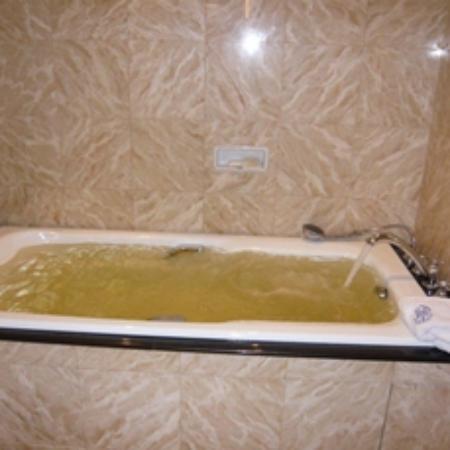 โรงแรมริทซ์ คาร์ลตัน กัวลาลัมเปอร์: お水が黄色くきれいではない。信じられません!