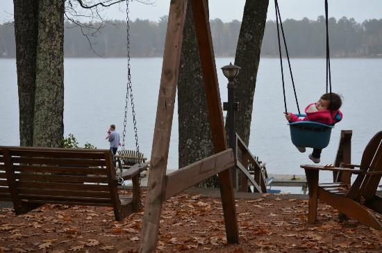Estrold Resort: Baby swing overlooking the lake