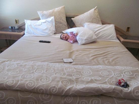 Millennium Hotel and Resort Manuels Taupo: Addy rolling around on the huge bed