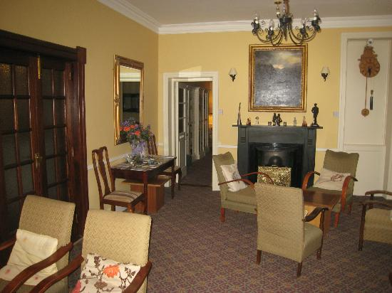 Gougane Barra Hotel: Sitting room with fireplace next to main entrance