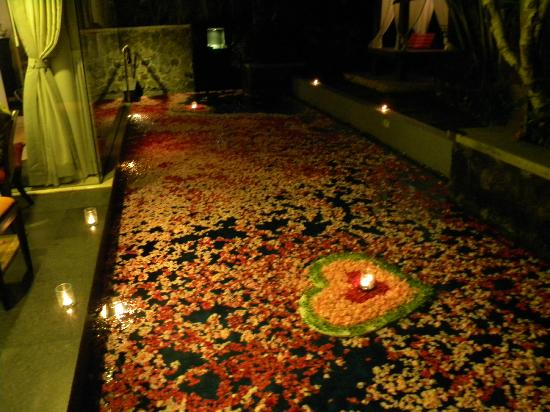 Royal Kamuela: Villa pool decorated for romantic diner