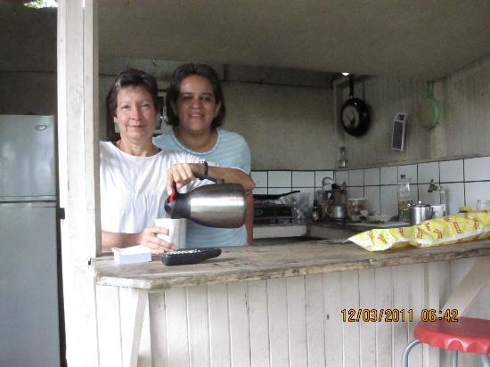 Posada Del Arenal : Elena & Hostel Owner Making  Breakfast