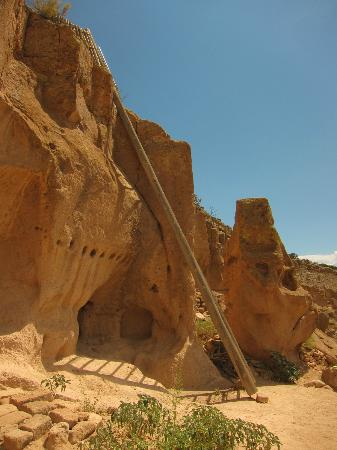 Puye Cliff Dwellings: One of the very tall ladders