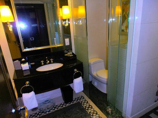 Sofitel Macau At Ponte 16: Ensuite with BIG bath