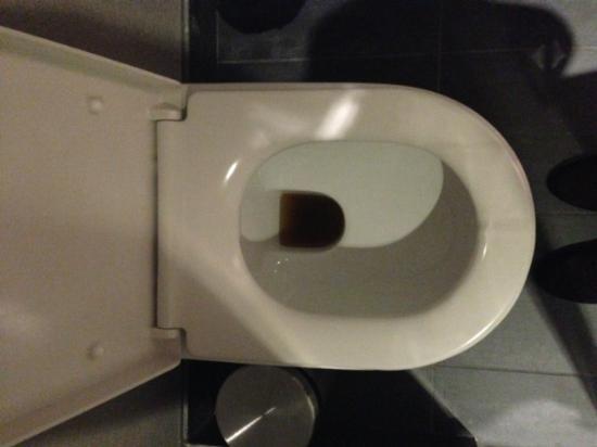 Aloft London Excel: Toilet not clean