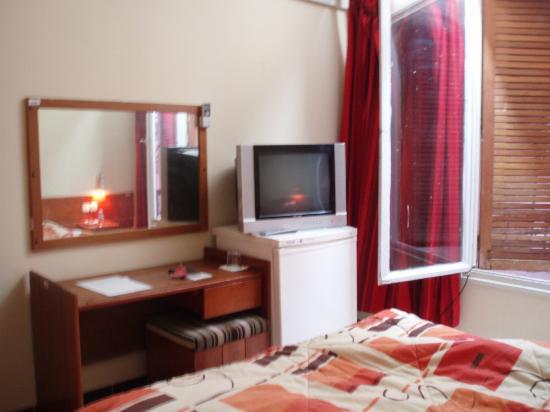 Hotel El Djanoub: テレビと冷蔵庫があります